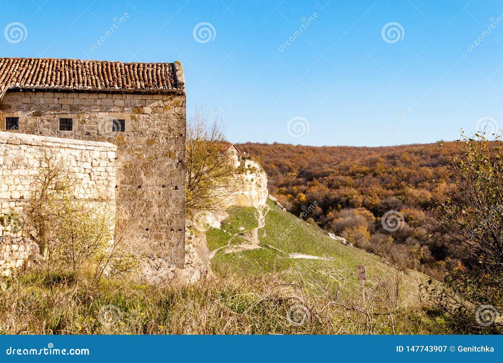 Casas de piedra viejas de la Chufut-col rizada medieval en las monta?as, Bakhchisaray, Crimea de la ciudad-fortaleza de la cueva