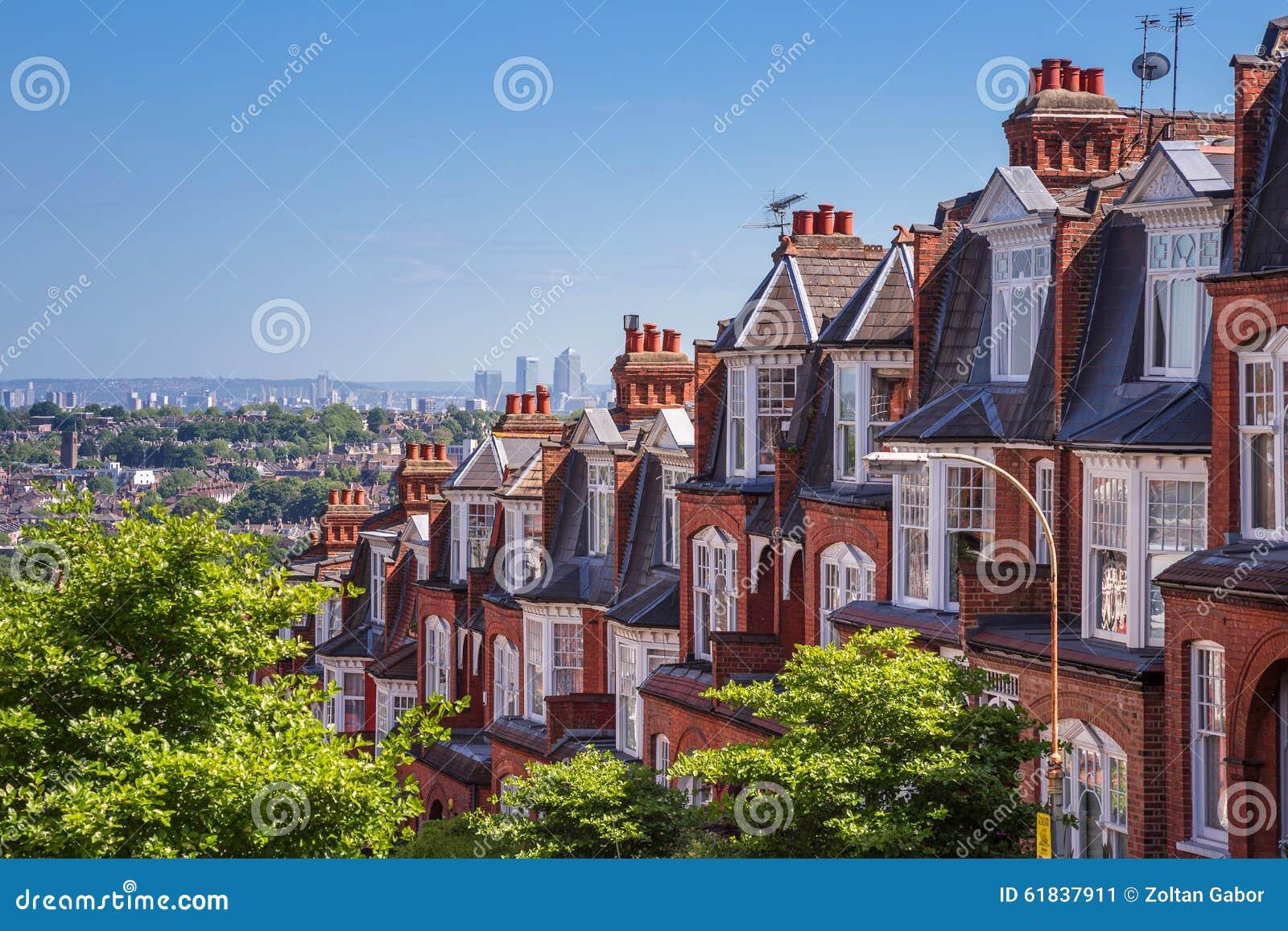Casas del ladrillo de la colina de Muswell y panorama de Londres con Canary Wharf, Londres, Reino Unido