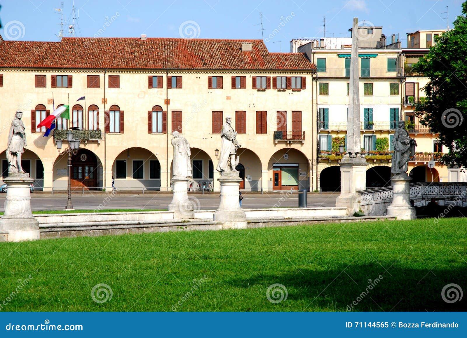 Casas del perímetro de Prato visto de la isla Memmia en el della Valle de Prato en Padua en el Véneto (Italia)