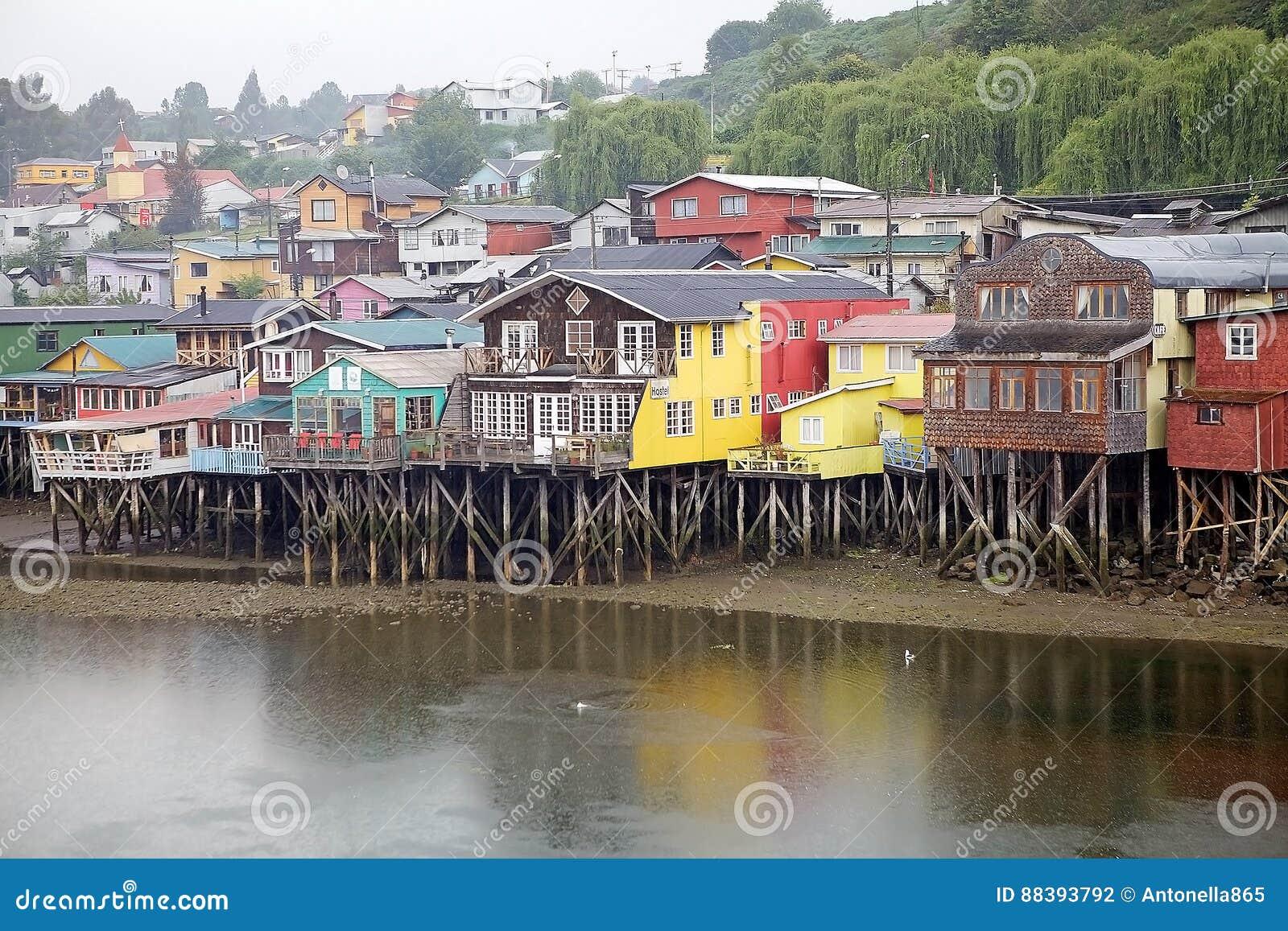 Casas del zanco en Castro, isla de Chiloe, Chile