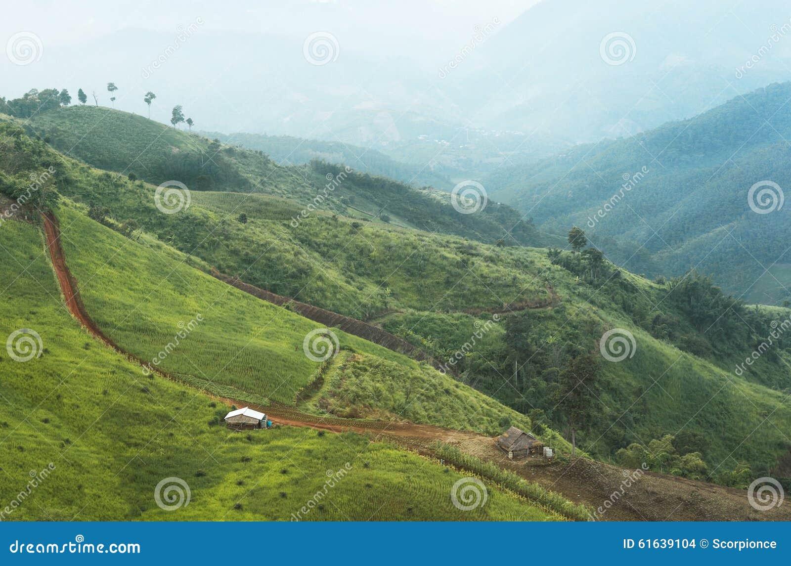 Casas dos fazendeiros em um vale da montanha