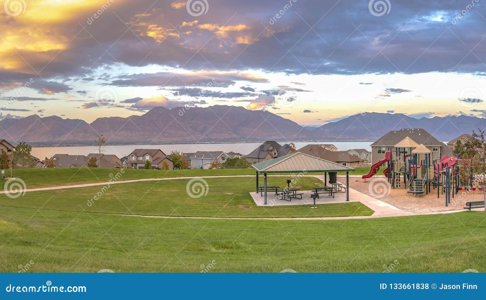 Casas e campo de jogos com lago e Mountain View