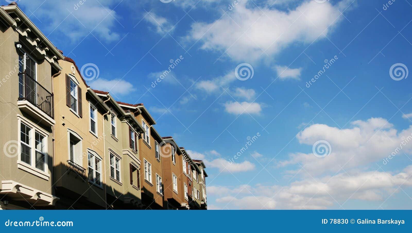 Casas e nuvens
