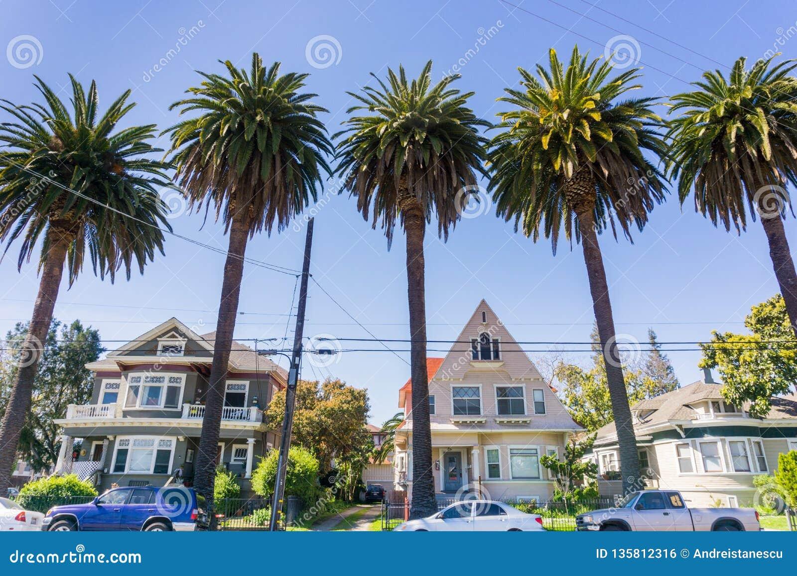Casas e palmeiras velhas em uma rua em San Jose do centro, Califórnia