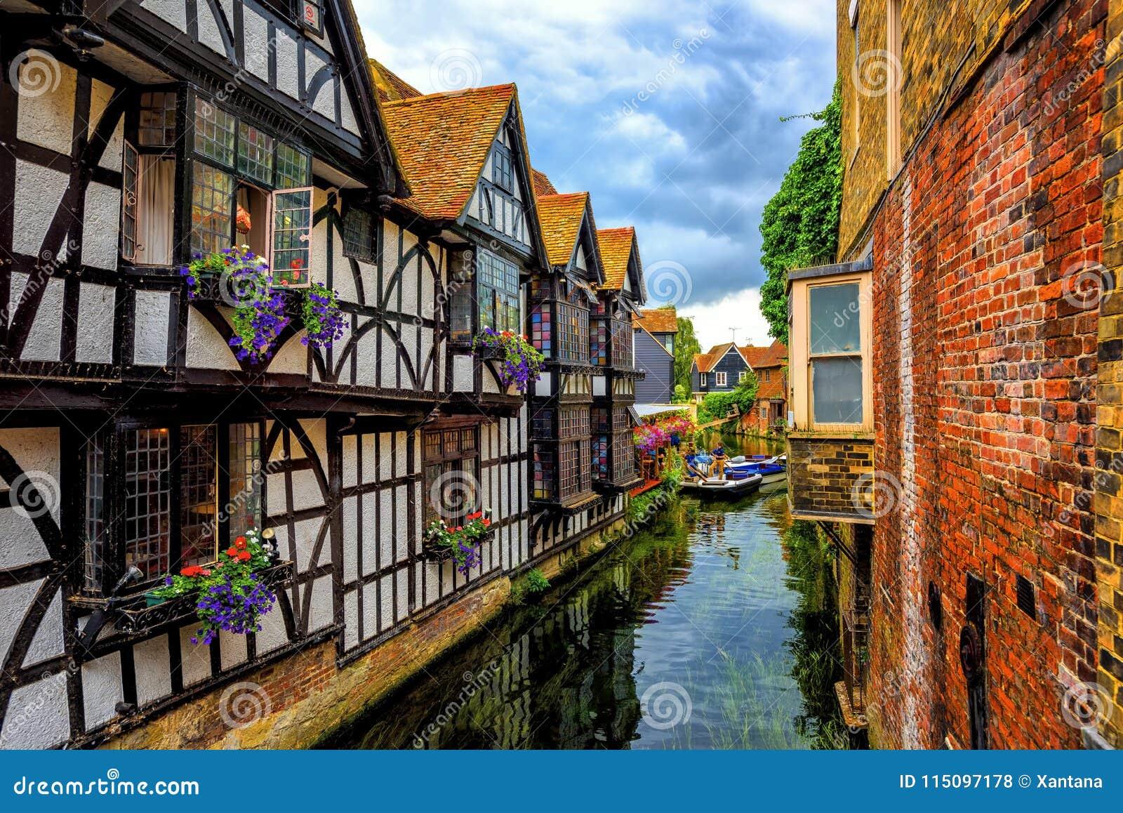 Casas e rio medievais Stour na cidade velha de Canterbury, Kent, En