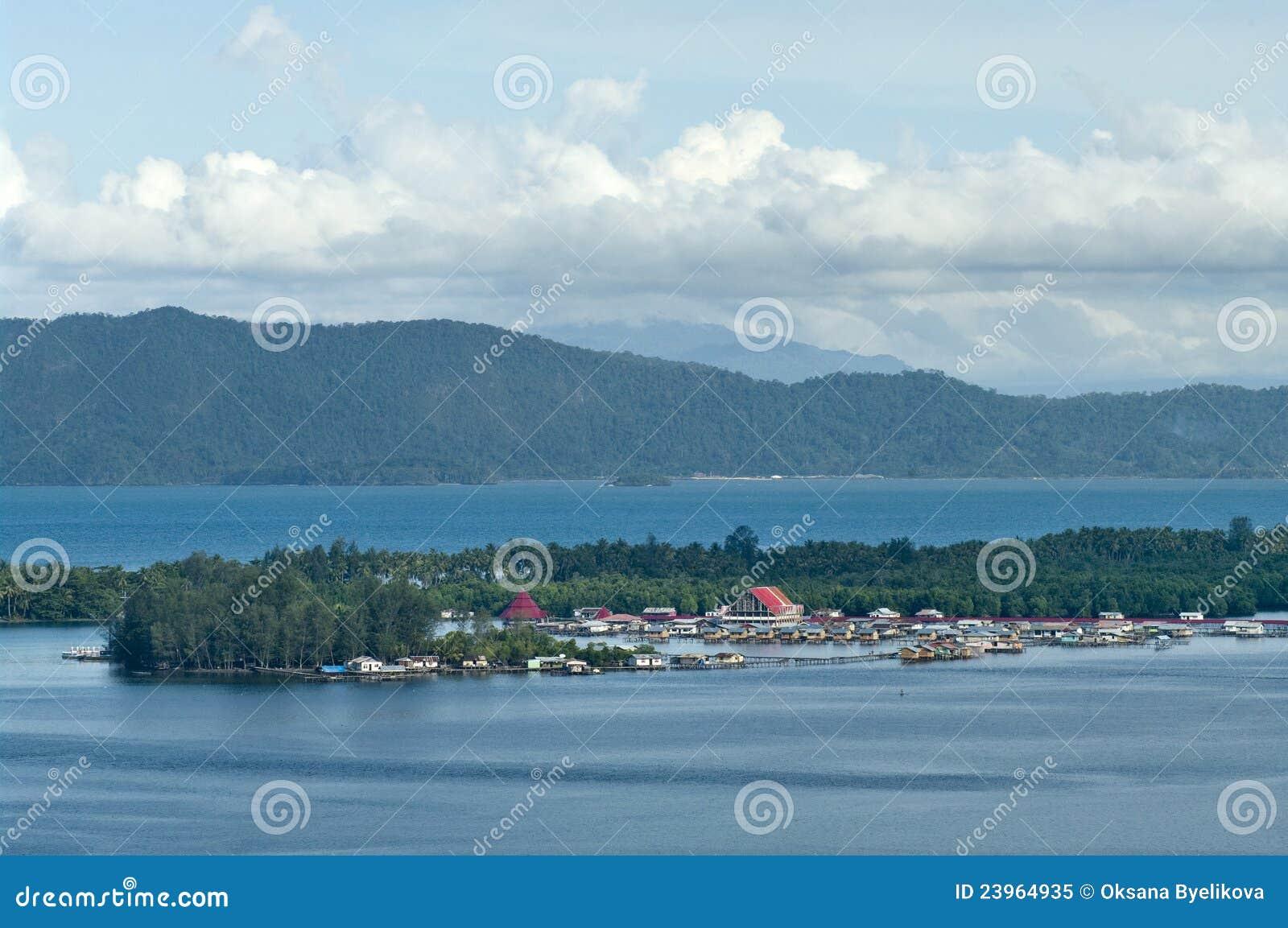 Casas em um console no lago Sentani