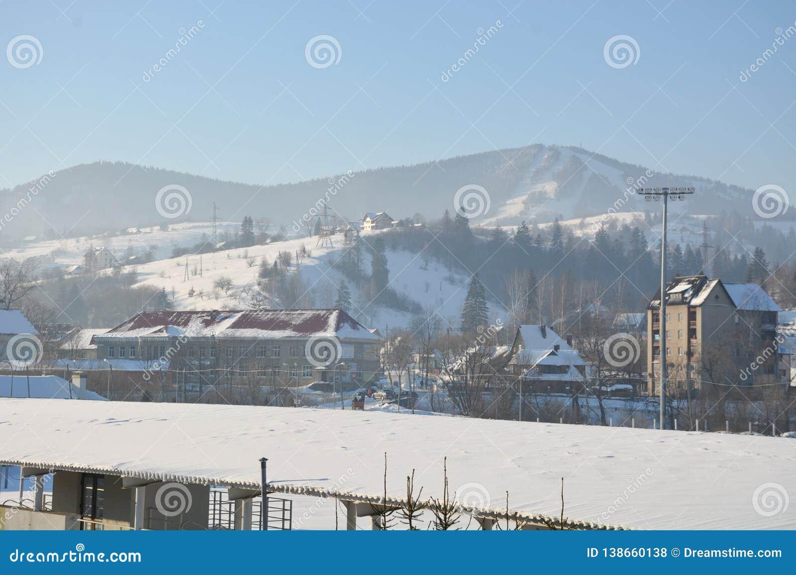 Casas en las montañas en invierno
