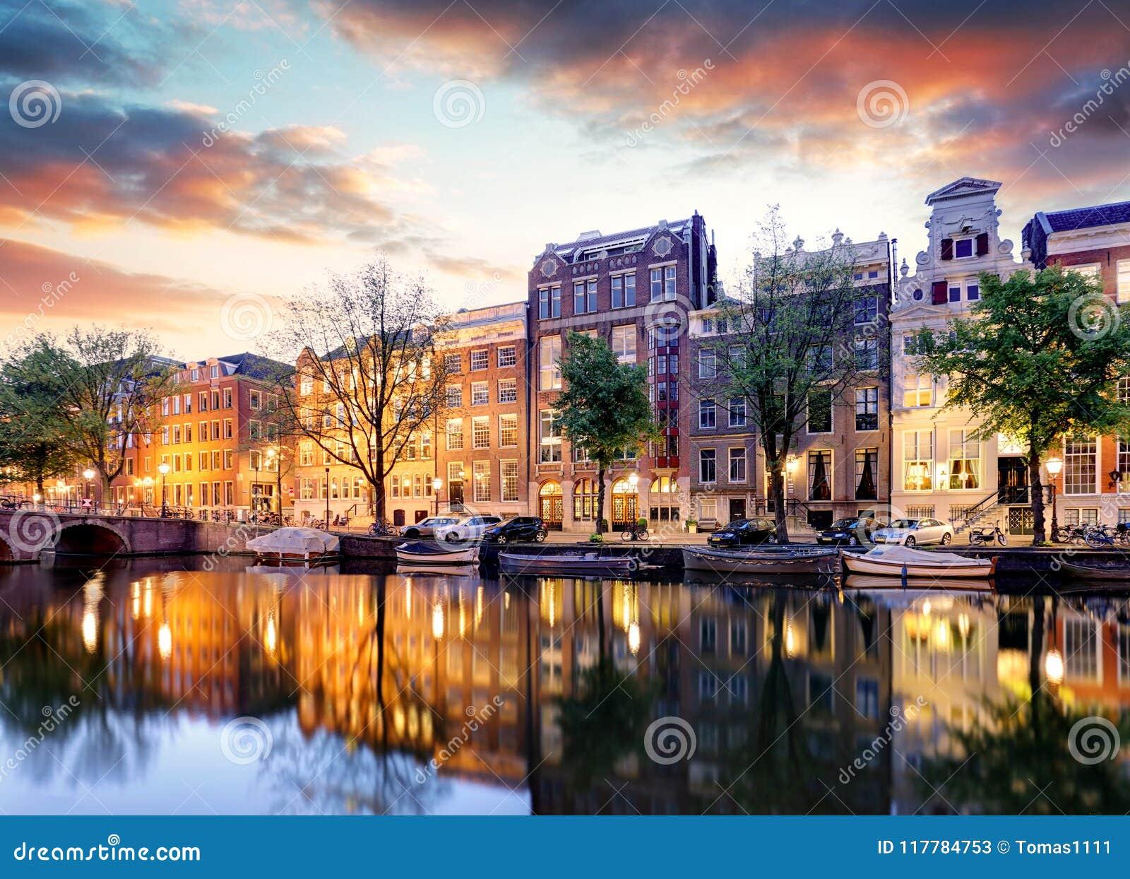 Casas en las reflexiones de la puesta del sol, Países Bajos del canal de Amsterdam