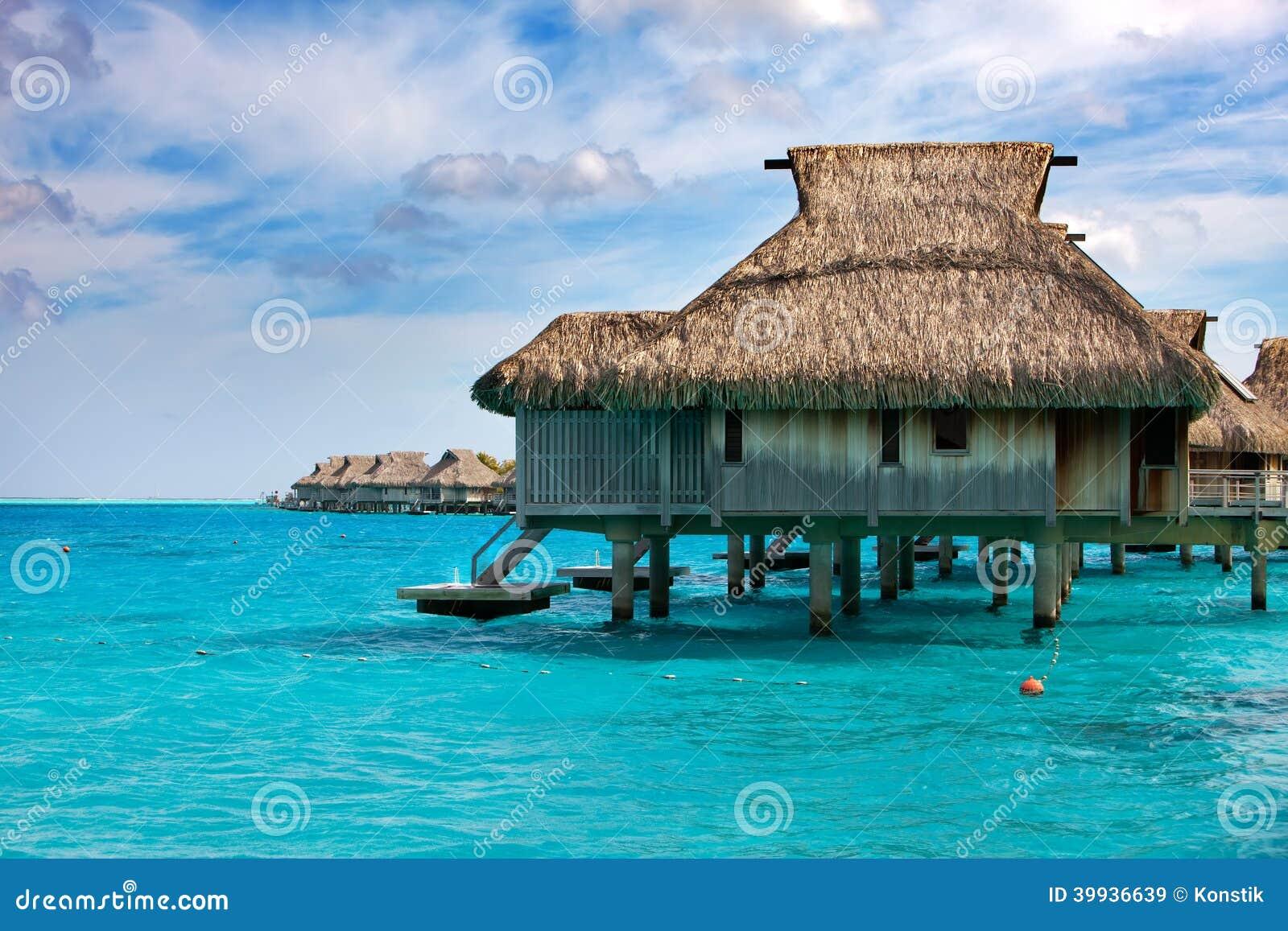 Casas en pilas en el mar maldivas foto de archivo - Casas en el mar ...