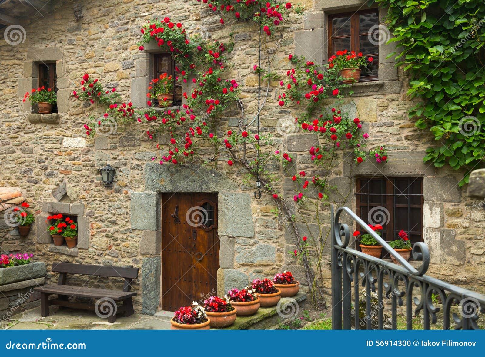 Casas en pueblo catalan rupit i pruit foto de archivo - Casas de pueblo reformadas ...