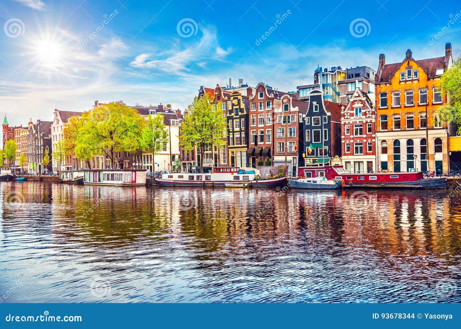 Casas holandesas del baile de Amsterdam sobre el río Amstel