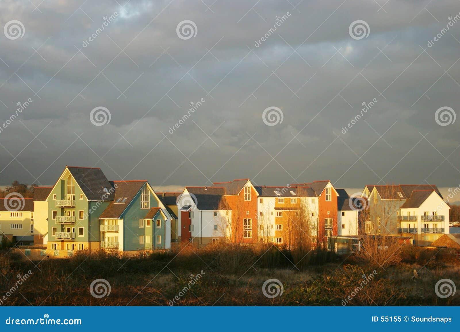 Casas inglesas da propriedade no crepúsculo