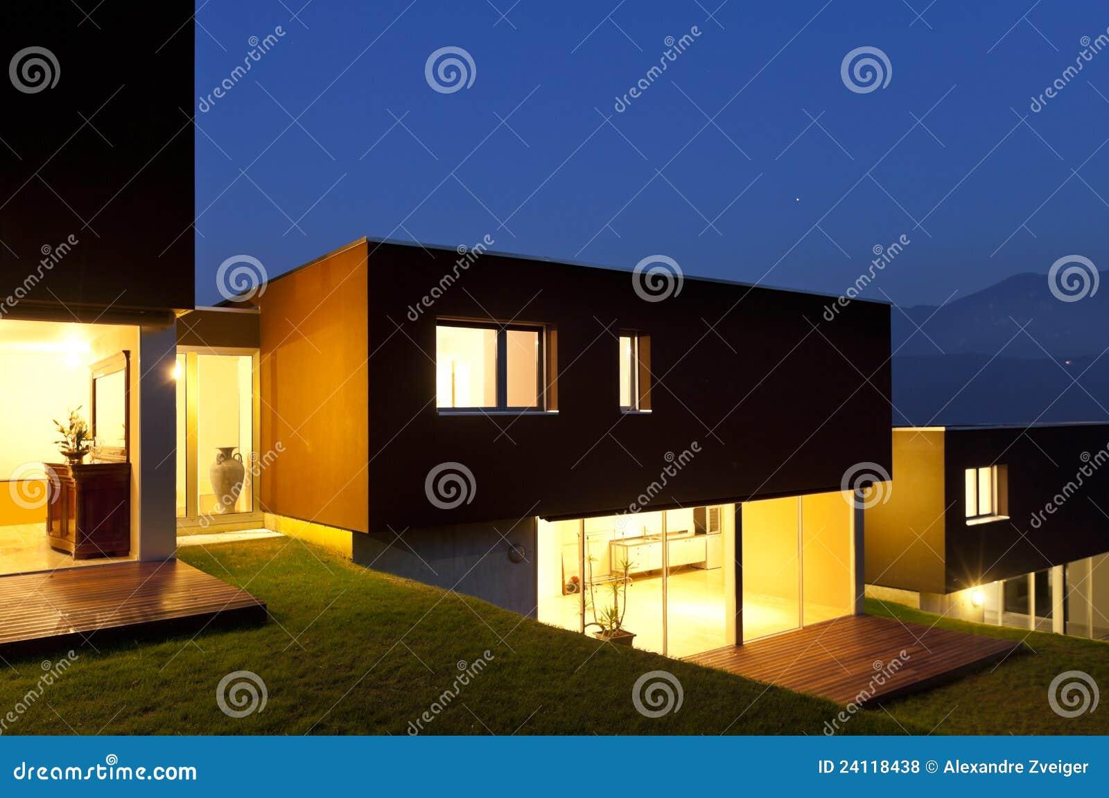 Casas modernas em a noite foto de stock imagem de for Fotos de casas modernas terreas