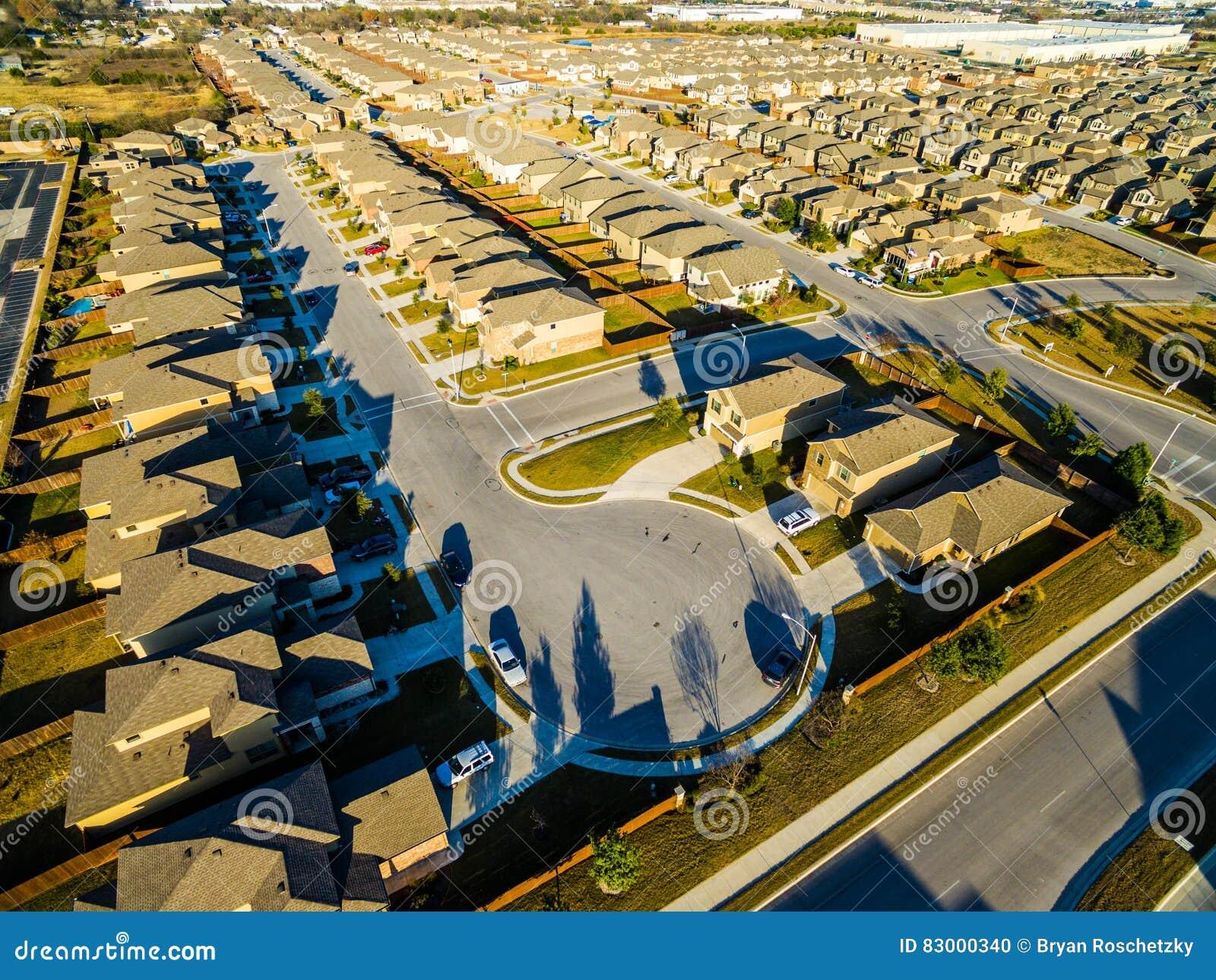 Casas modernas Texas Hill Country vasto do subúrbio da opinião do olho do ` s do pássaro dos painéis solares do por do sol