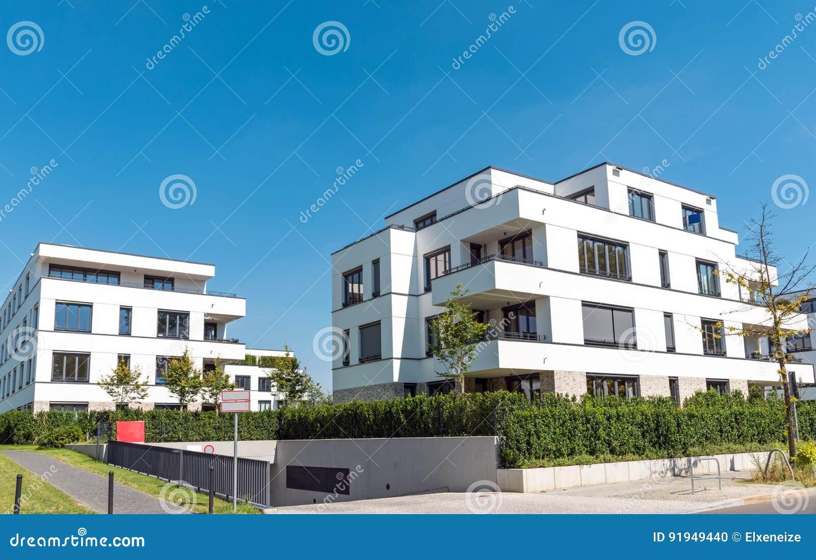 Casas blancas modernas fachadas de casas con rejas for Casas blancas modernas