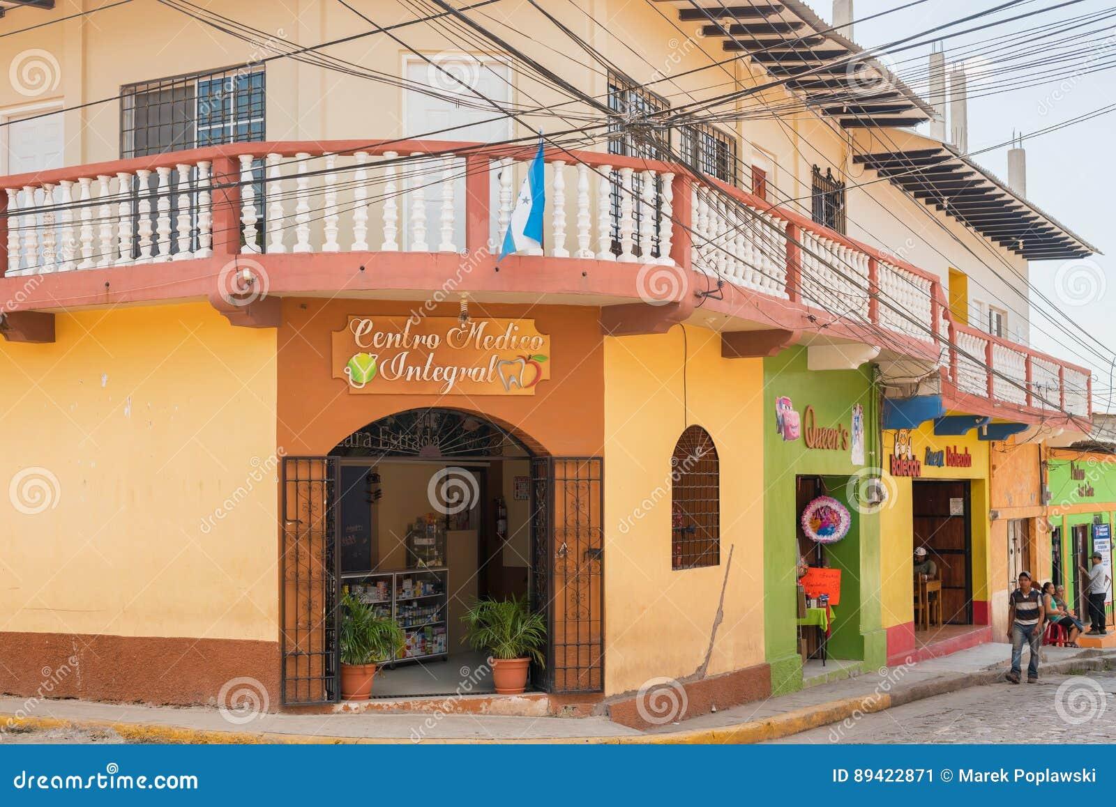 Casas na rua na cidade de Copan Ruinas nas Honduras