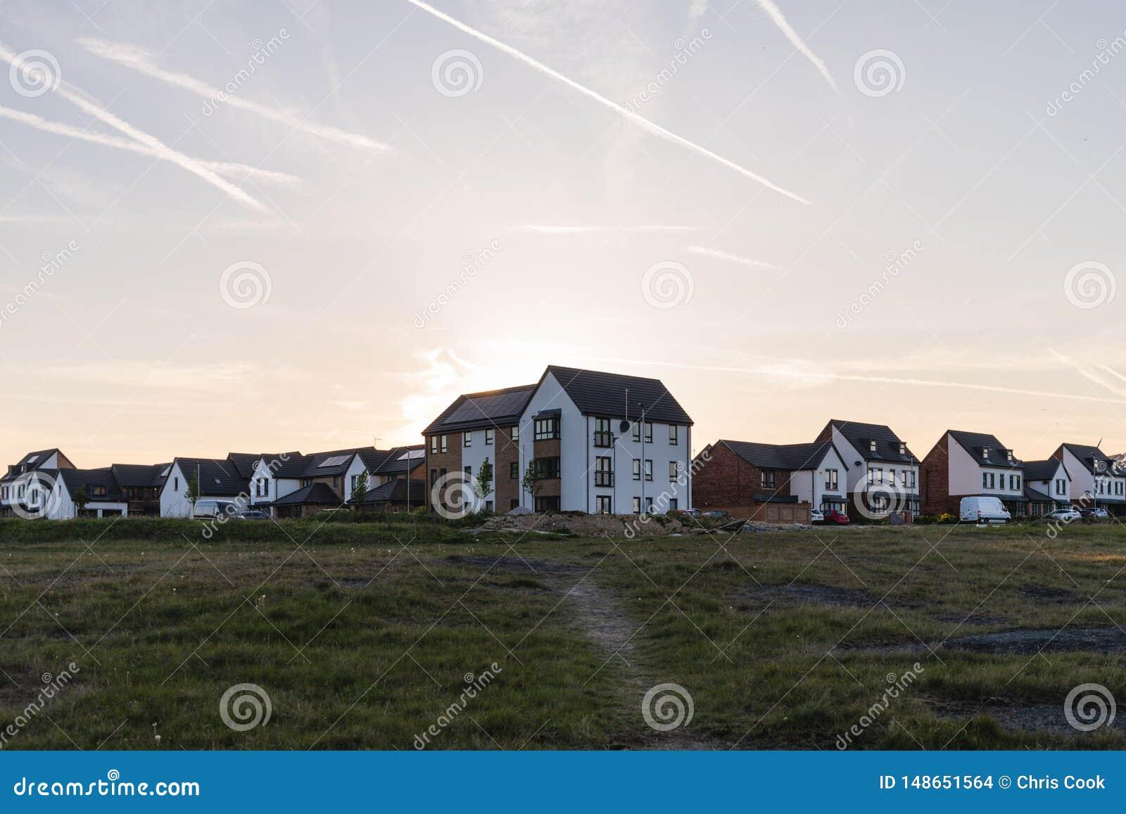 Casas nuevamente construidas en el estado residencial de Waverley en la puesta del sol
