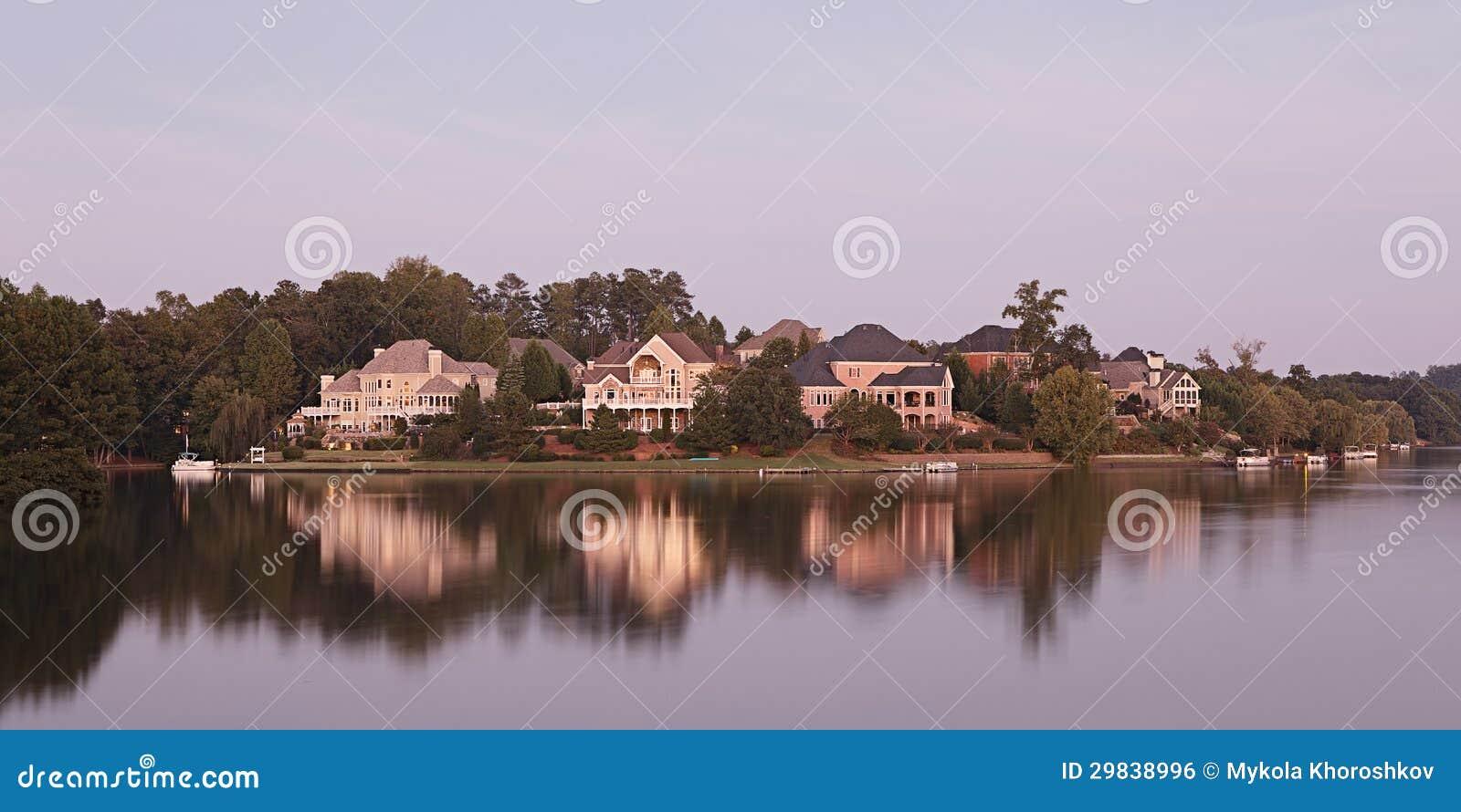 Casas pelo lago