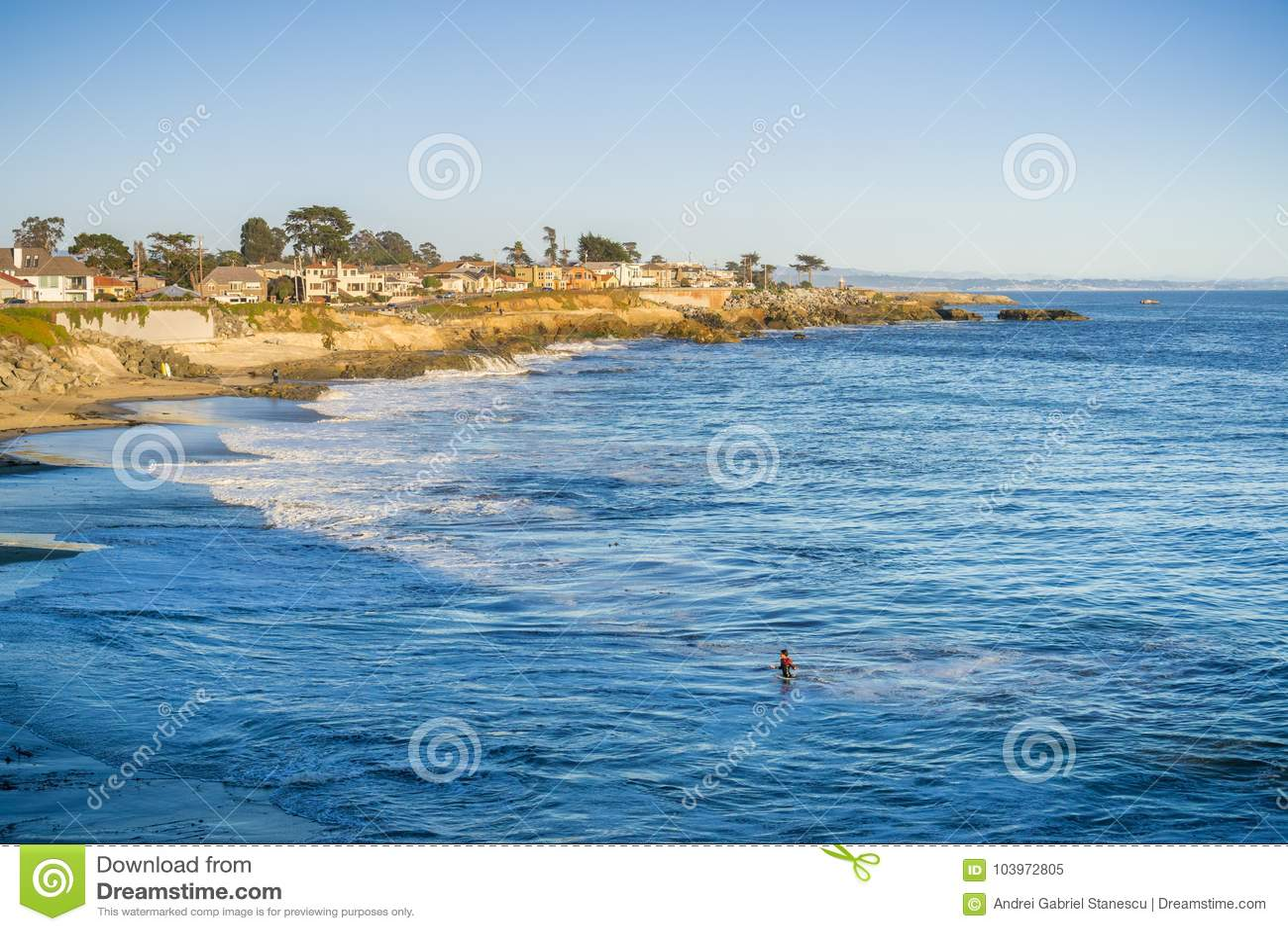 Casas perto do litoral corroído do Oceano Pacífico, Santa Cruz, Califórnia