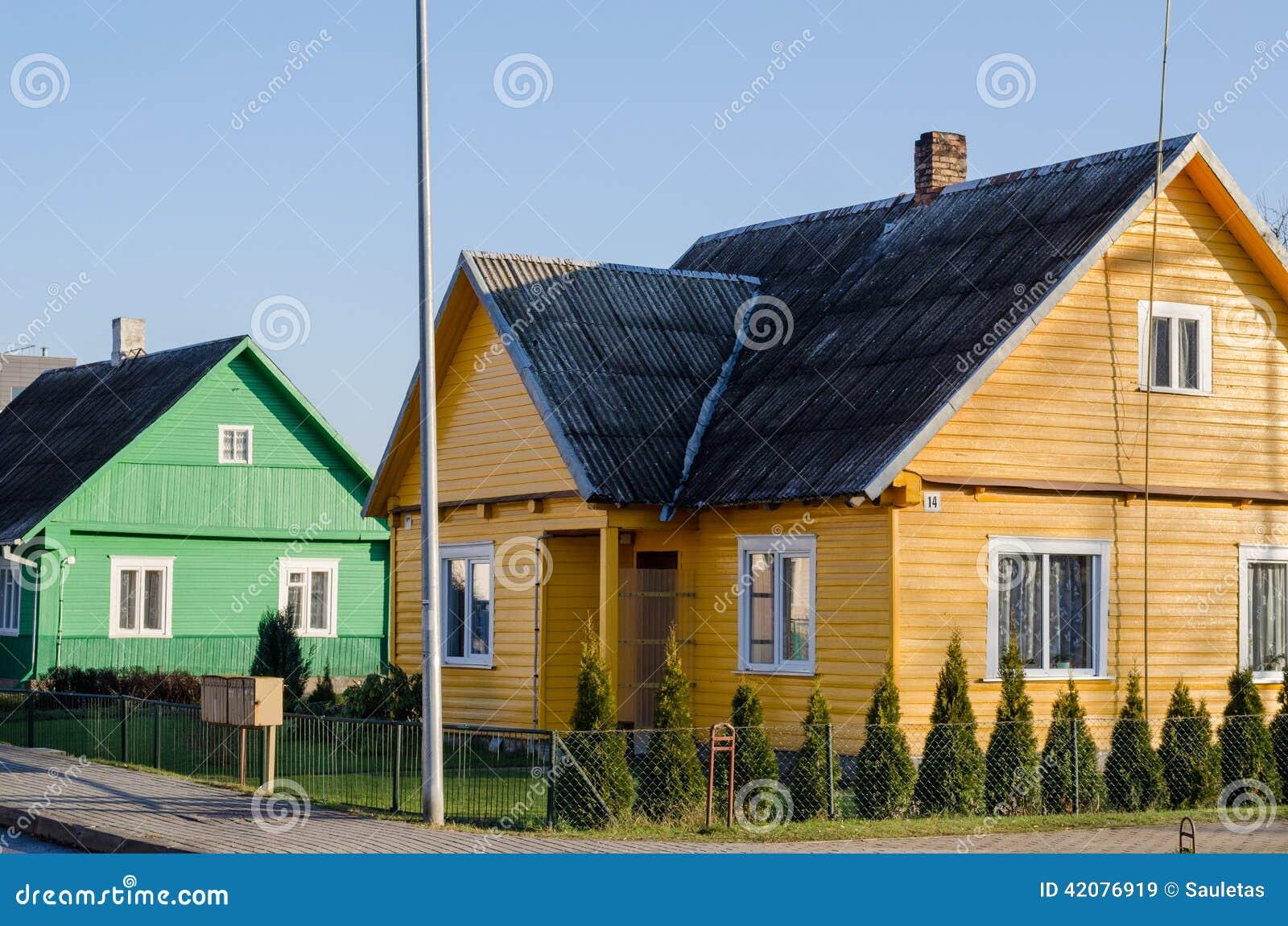 Casas pintadas amarillo verde rural a lo largo de la calle - Casas de madera pintadas ...