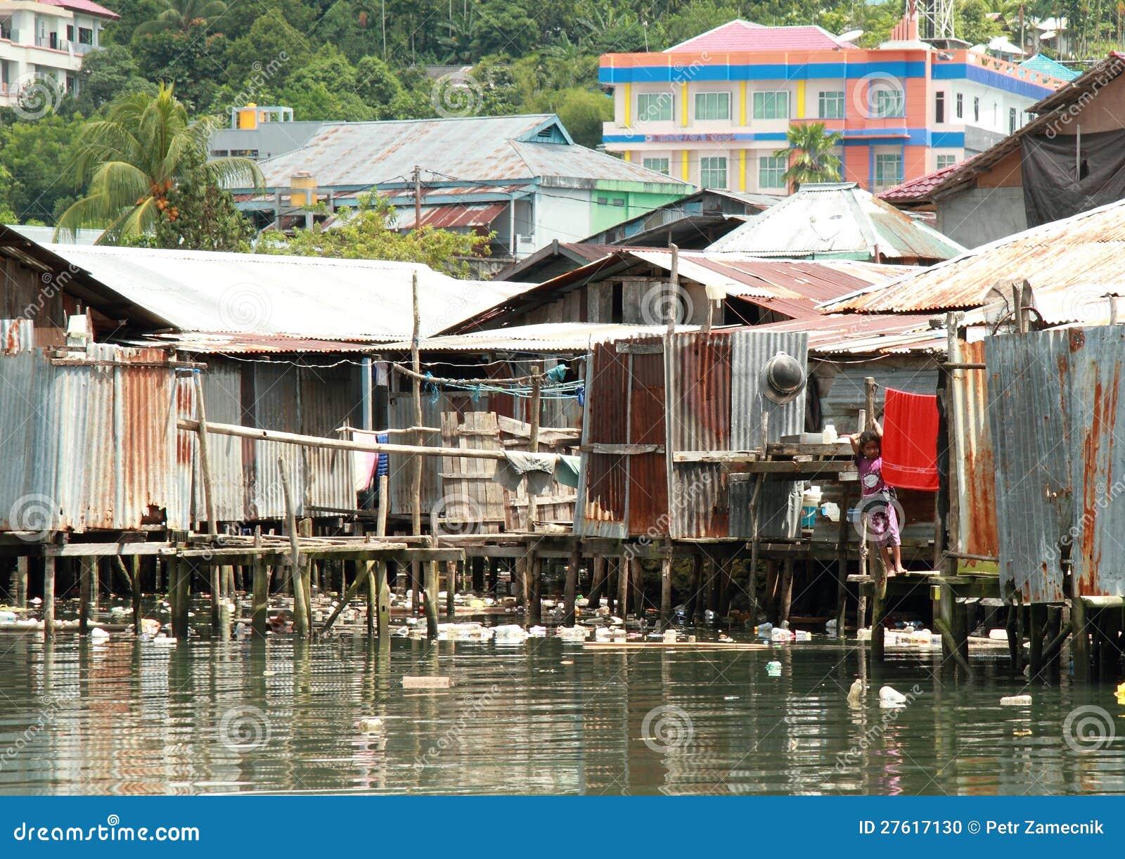 Casas pobres por el mar imagen editorial imagen de casas - Casas en el mar ...