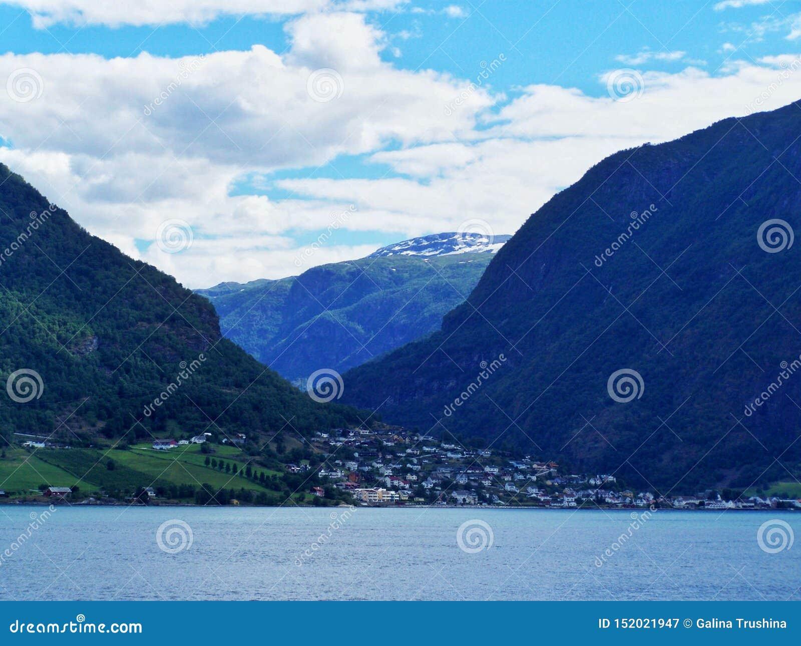 Casas, pueblo noruego, fondo del fiordo