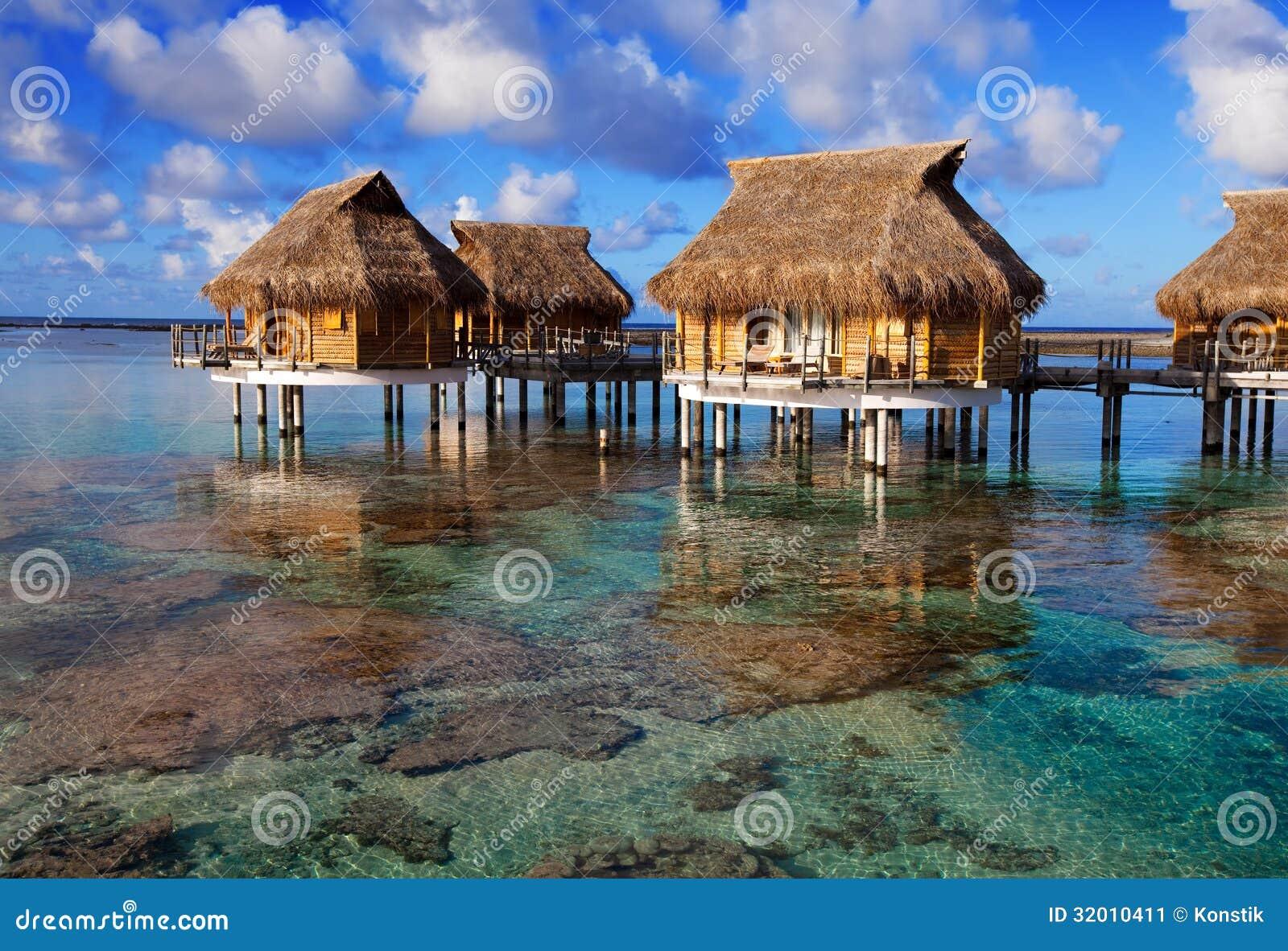 Casas Sobre La Agua De Mar Reservada Transparente. Ciérrese Para ...