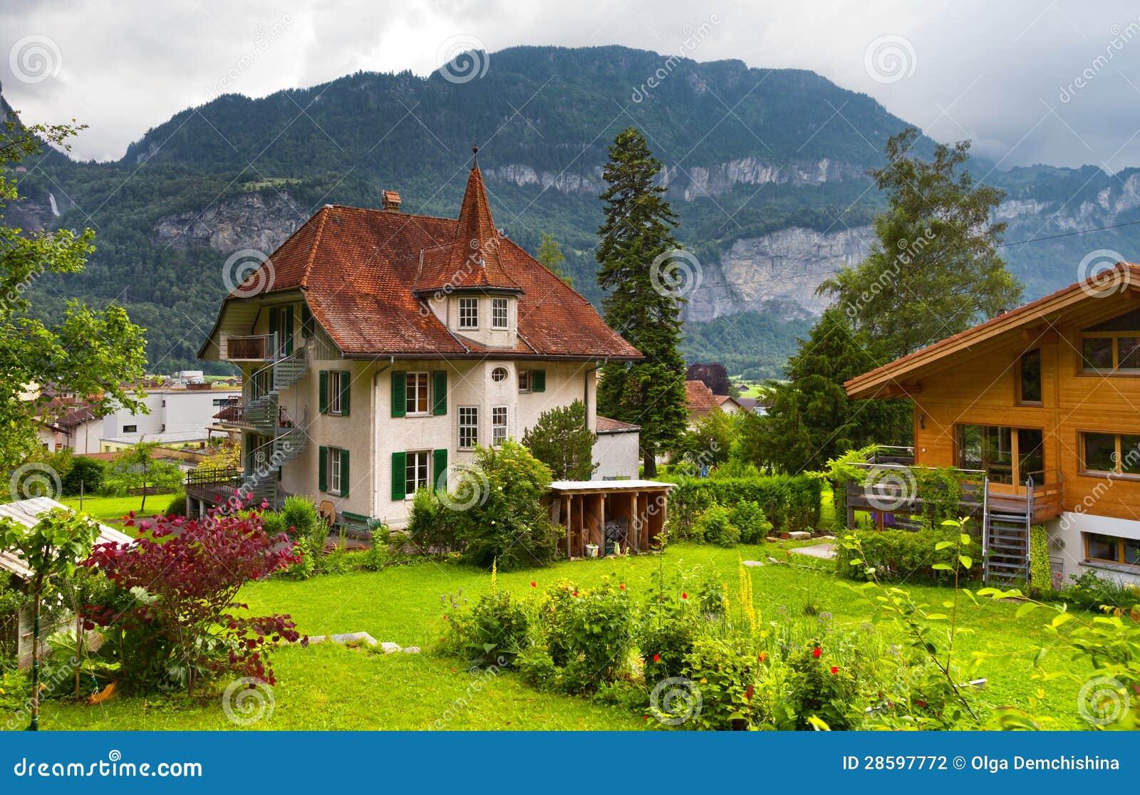 Casas suizas con un jard n fotograf a de archivo imagen for Casa de madera con jardin