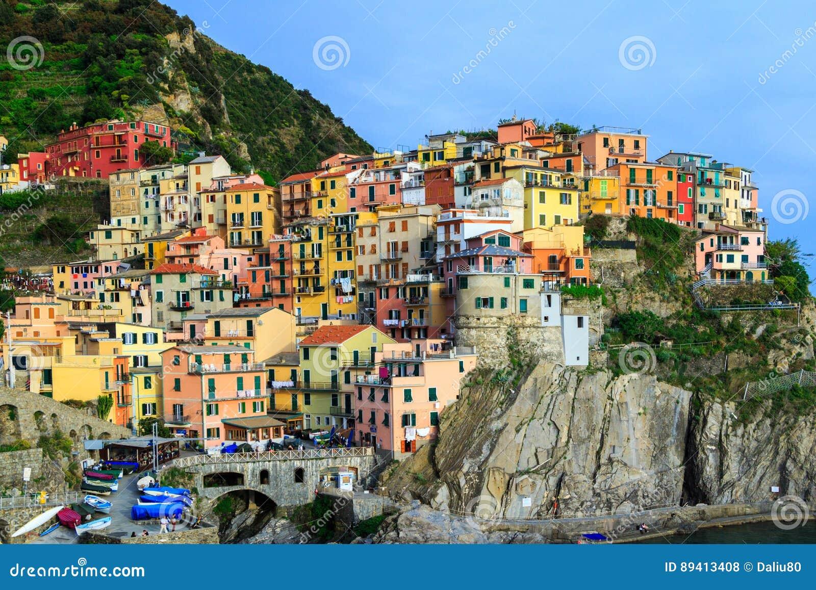 Casas tradicionais coloridas em uma rocha sobre o mar Mediterrâneo, miliampère