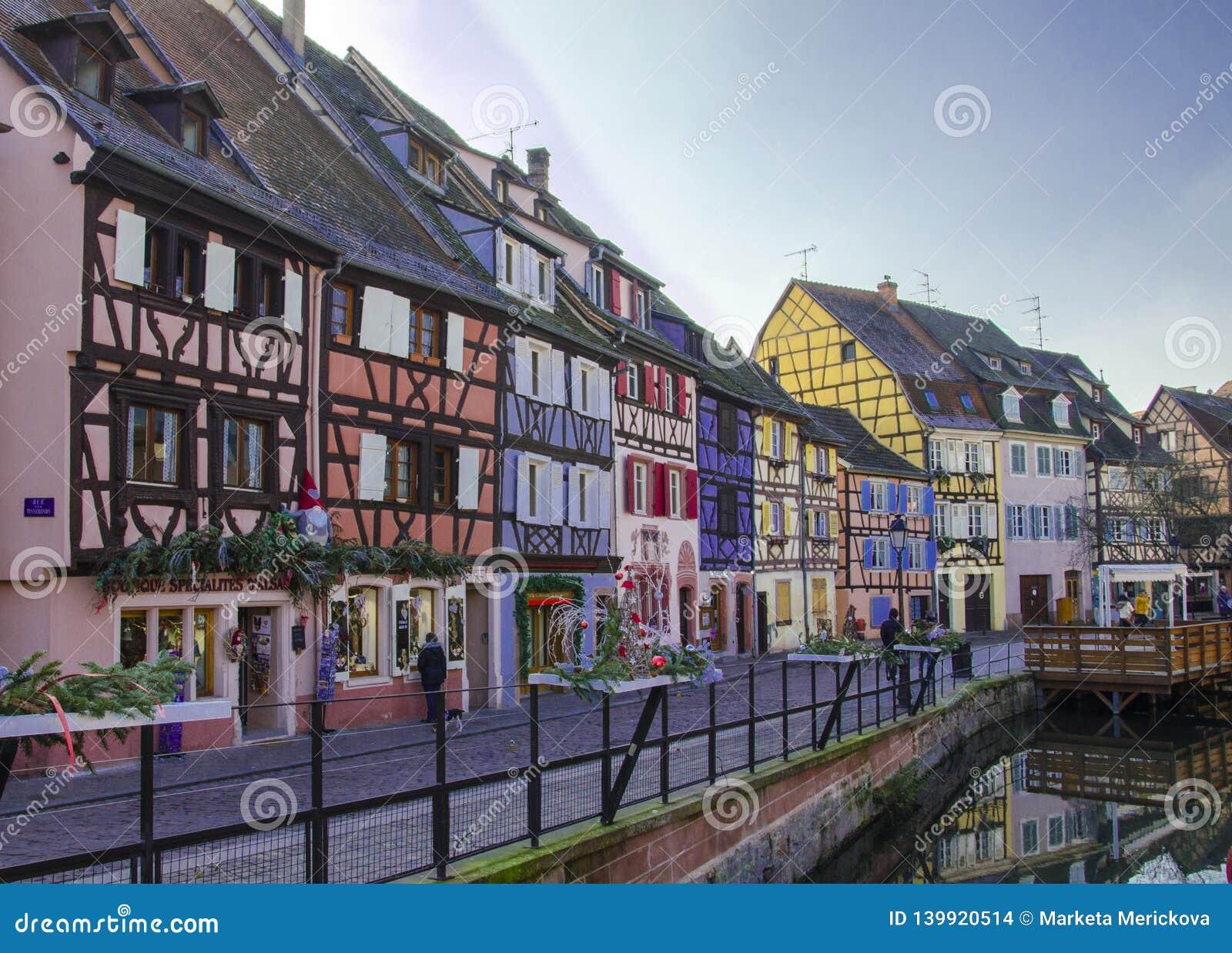 Casas tradicionais, velhas e coloridas em Alsácia