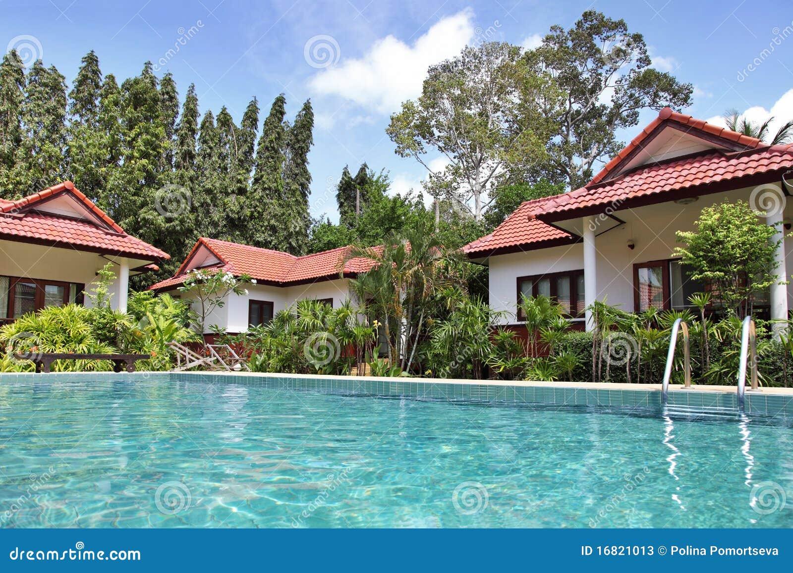 Casas tropicales con una piscina imagen de archivo for Casa con piscina urdaibai