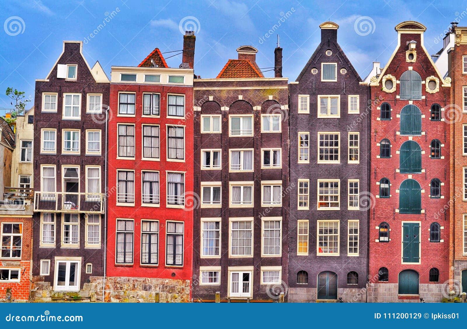 Casas velhas coloridas de Amsterdão
