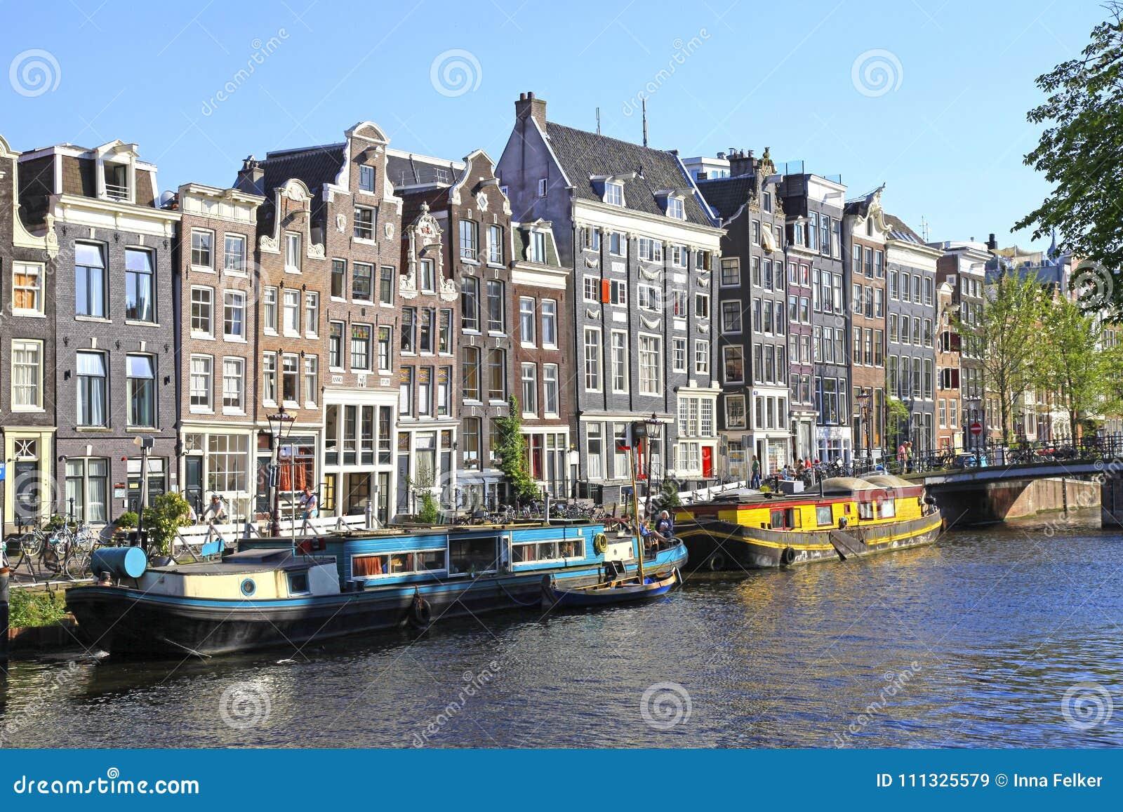 Casas velhas da arquitetura tradicional e do navio ao longo do canal, Amst