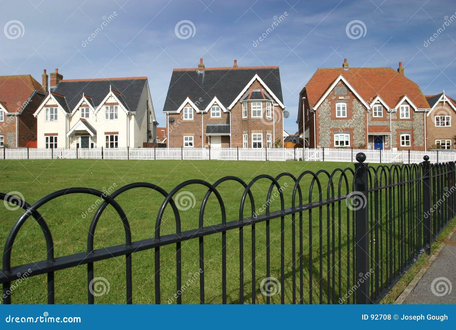 Casas verdes de aldea en una fila