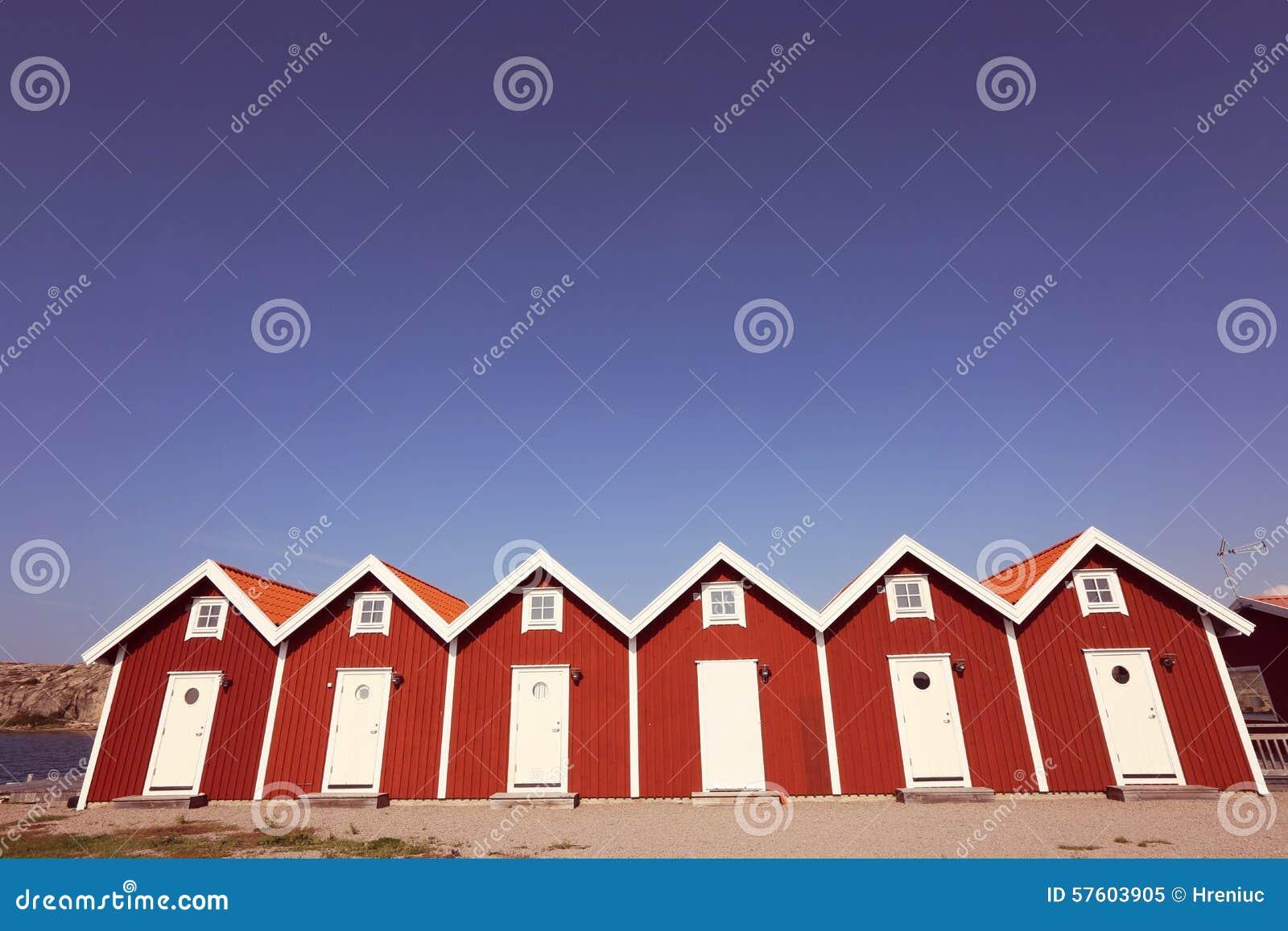 Casas vermelhas idênticas