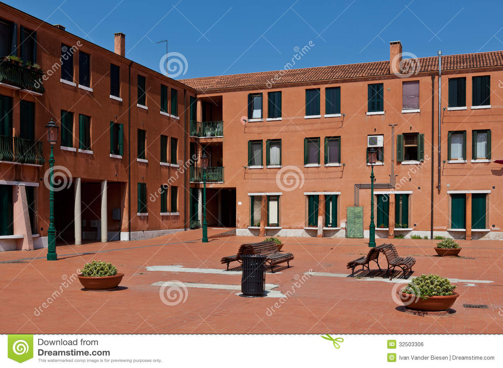 Casas vermelhas modernas em um quadrado