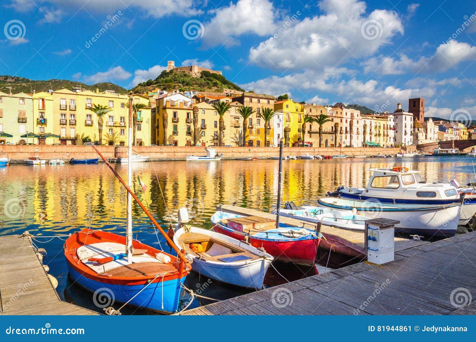 Casas y barcos coloridos en Bosa, Cerdeña, Italia, Europa