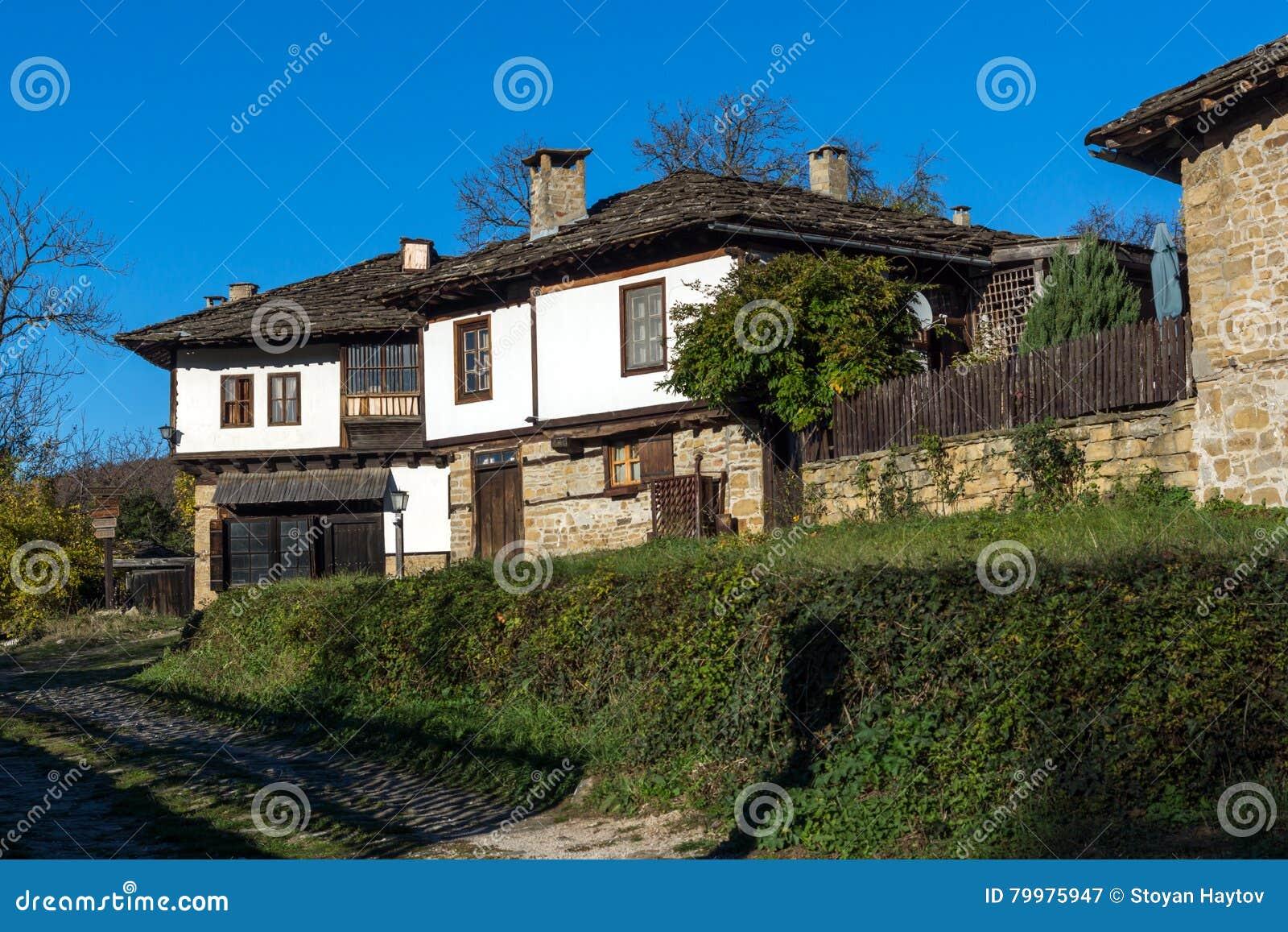 Casas y calle viejas en el pueblo de bozhentsi bulgaria - Casas en pueblos ...