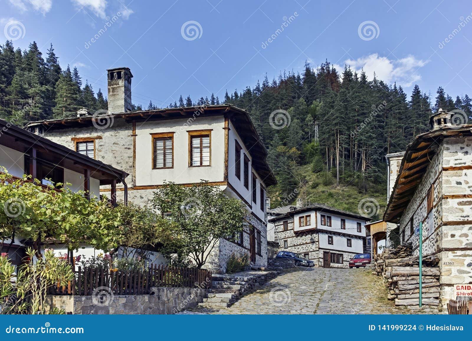 Casas y calles viejas en la ciudad histórica de Shiroka Laka, Bulgaria
