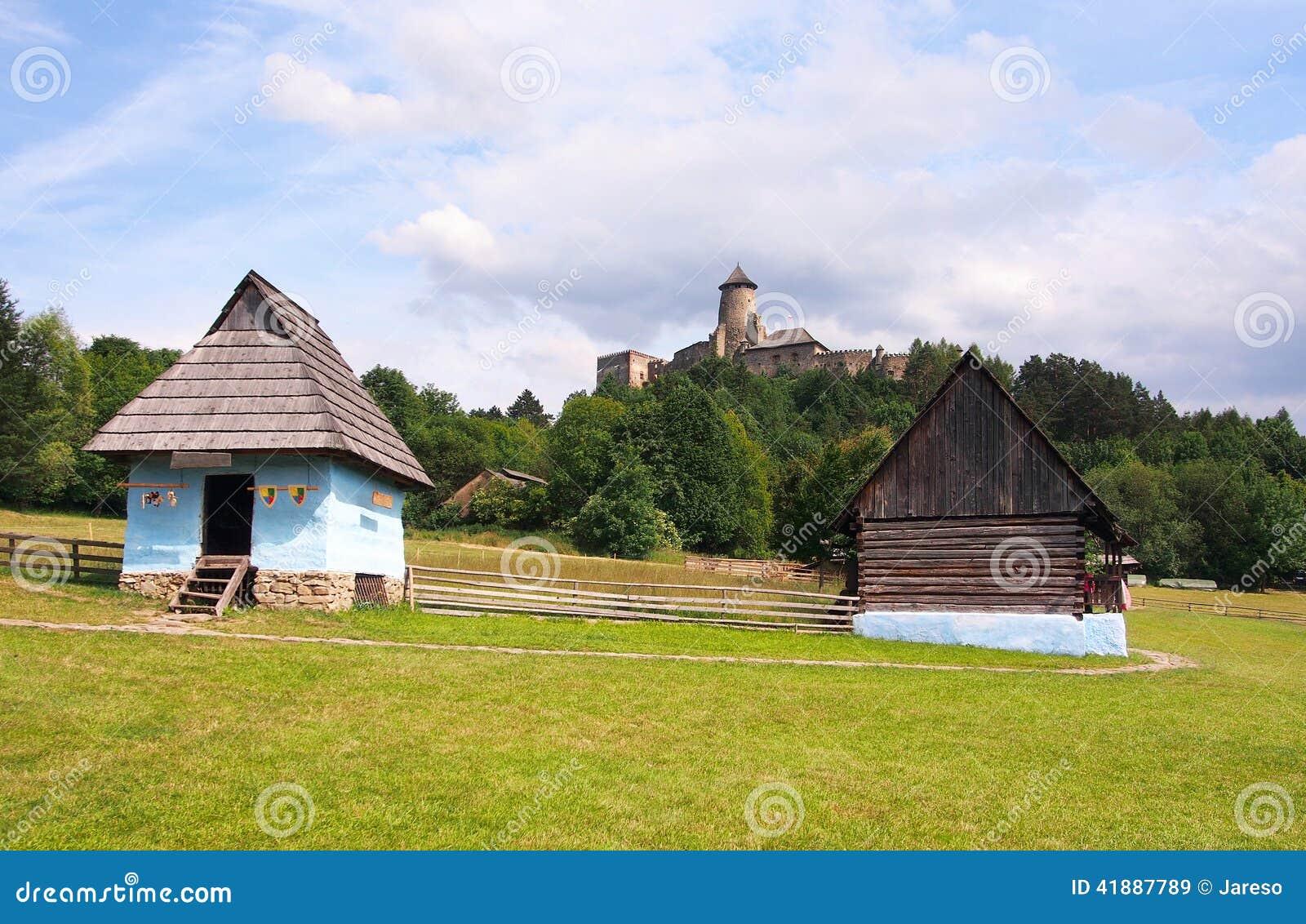 Casas y castillo de una gente en Stara Lubovna