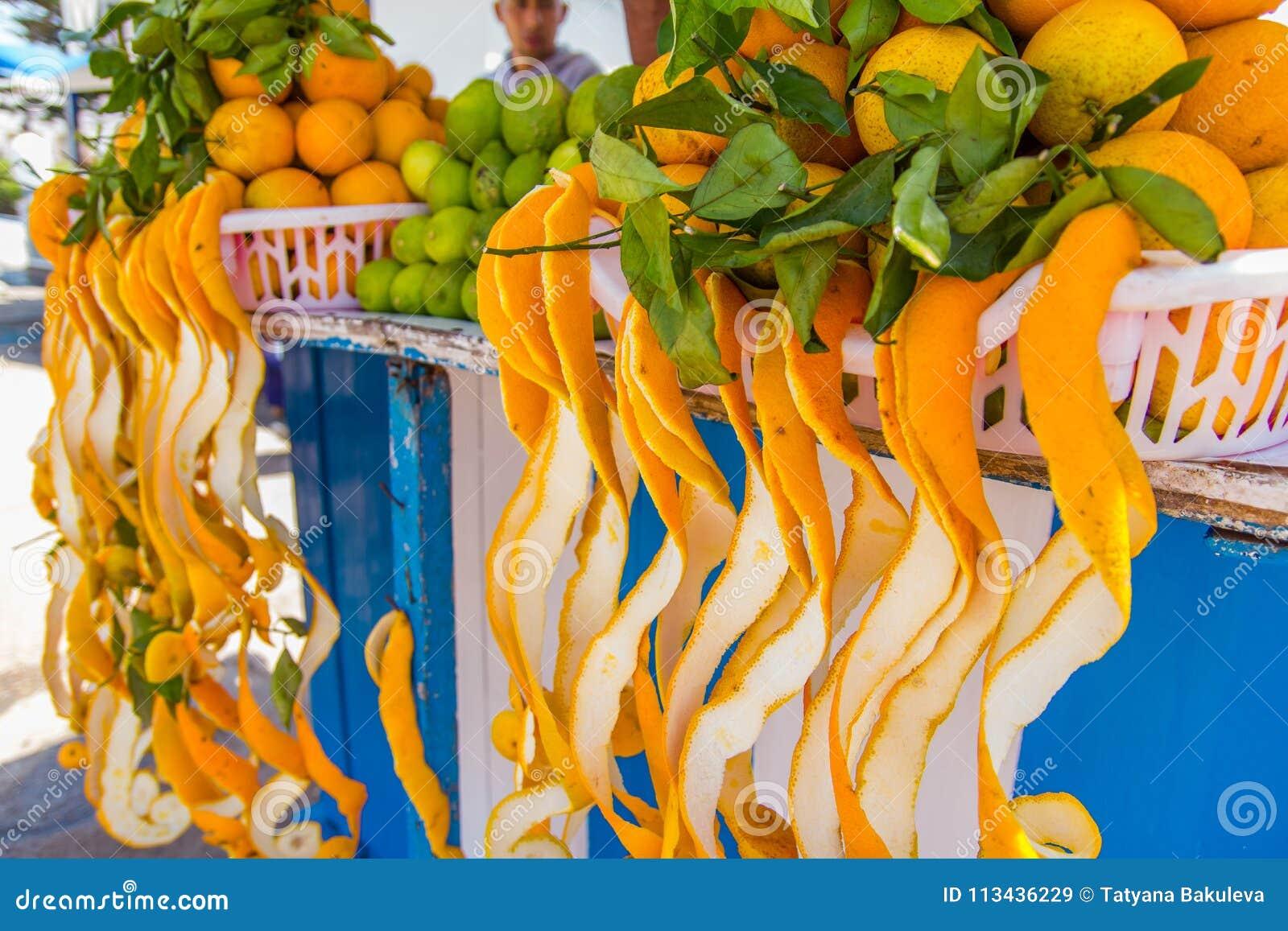 4af9a6da68 Casca De Uma Laranja Isolada Imagem de Stock Editorial - Imagem de ...