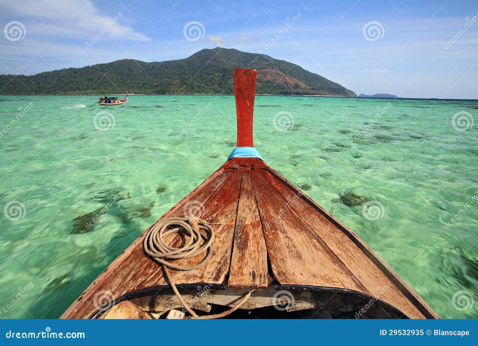 Casca do barco da cauda longa que saiing no mar de Andaman de cristal