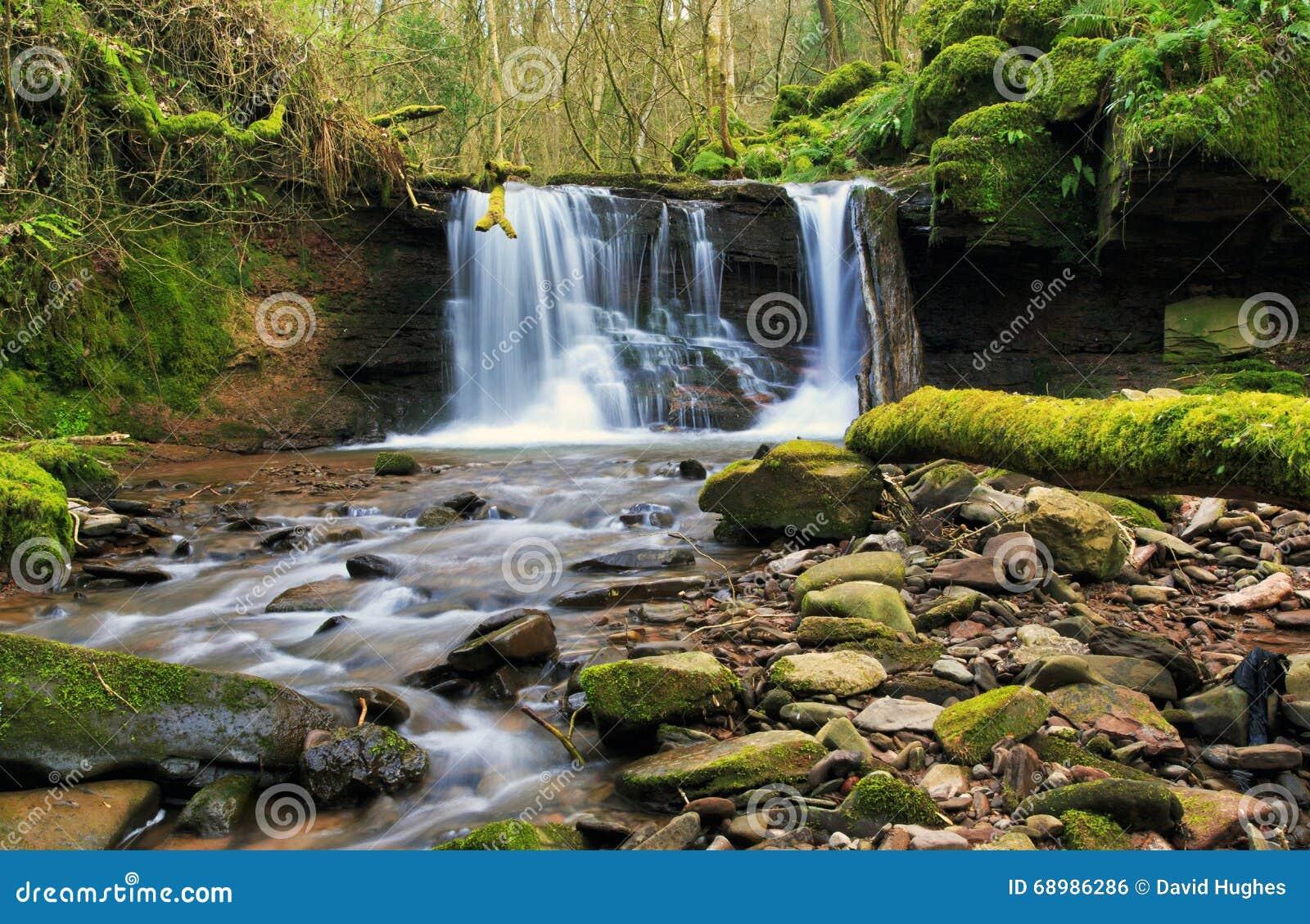 Cascada borrosa en el río Ennig; en la reserva de naturaleza de Pwll y Wrach