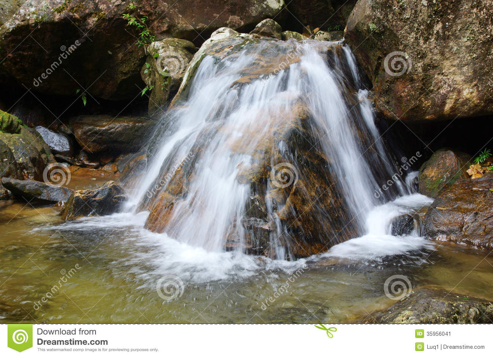 Cascada cerca de la montaña de Wuyishan, provincia de Fujian, China