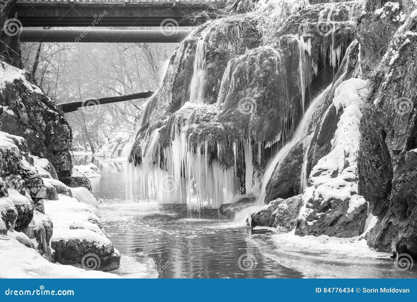 Cascada de Bigar congelada