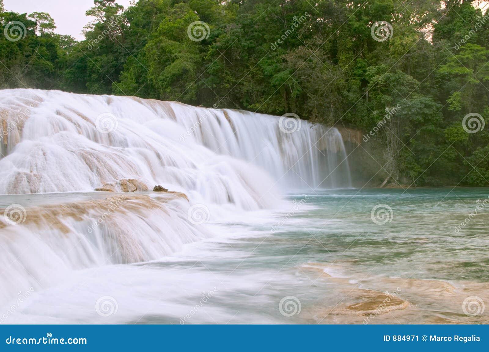 Cascada de cascadas de agua azul imagen de archivo for Motor para cascada de agua