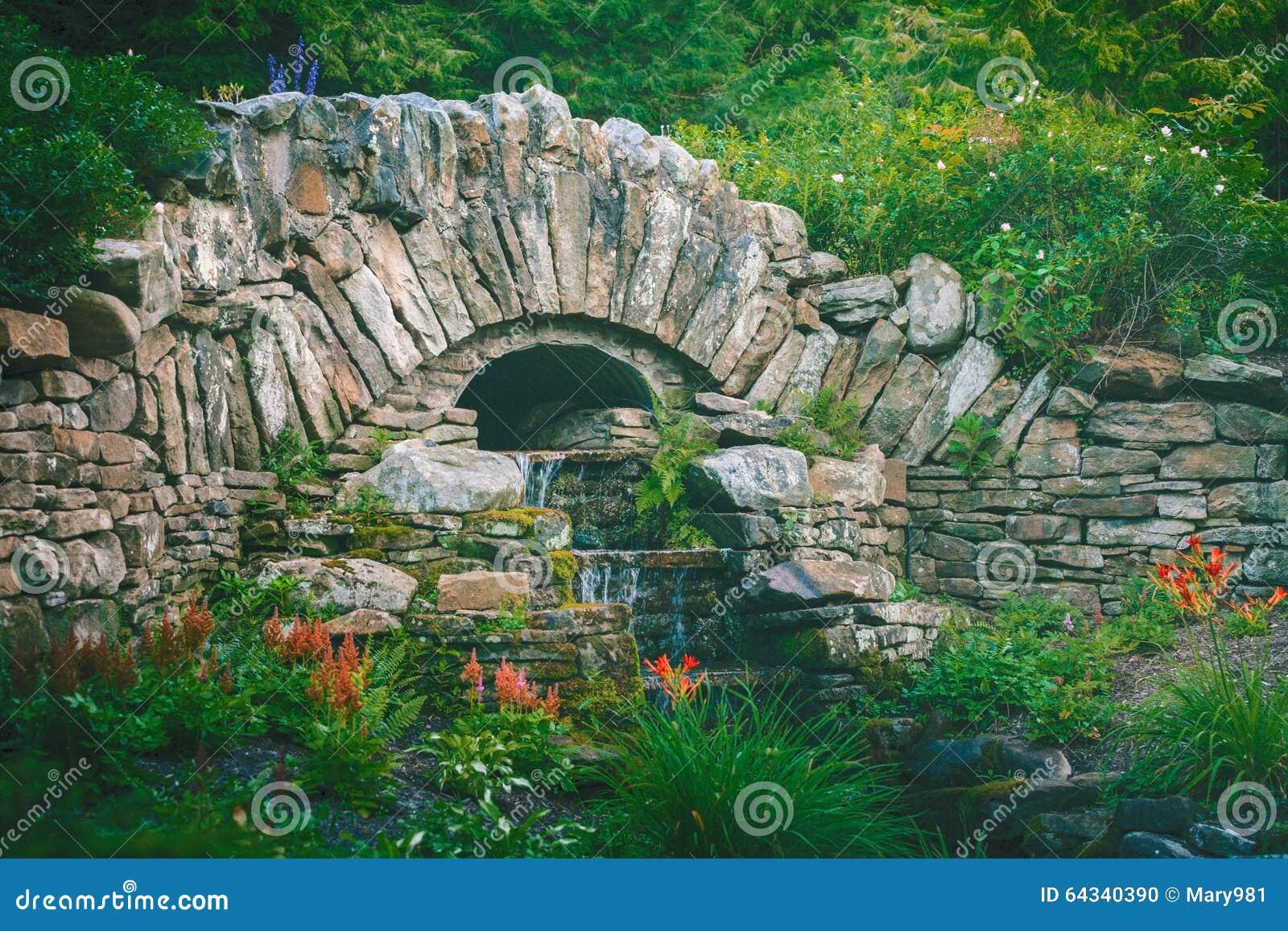 Cascada de piedra del jard n del puente foto de archivo for Cascadas de piedra para jardin