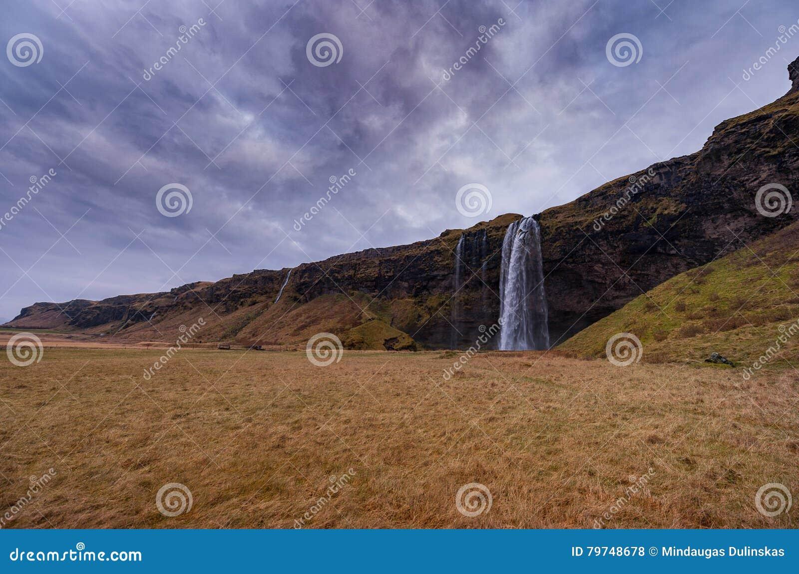 Cascada de Seljalandsfoss en Islandia Uno de la cascada más famosa de Islandia Foto larga de la exposición