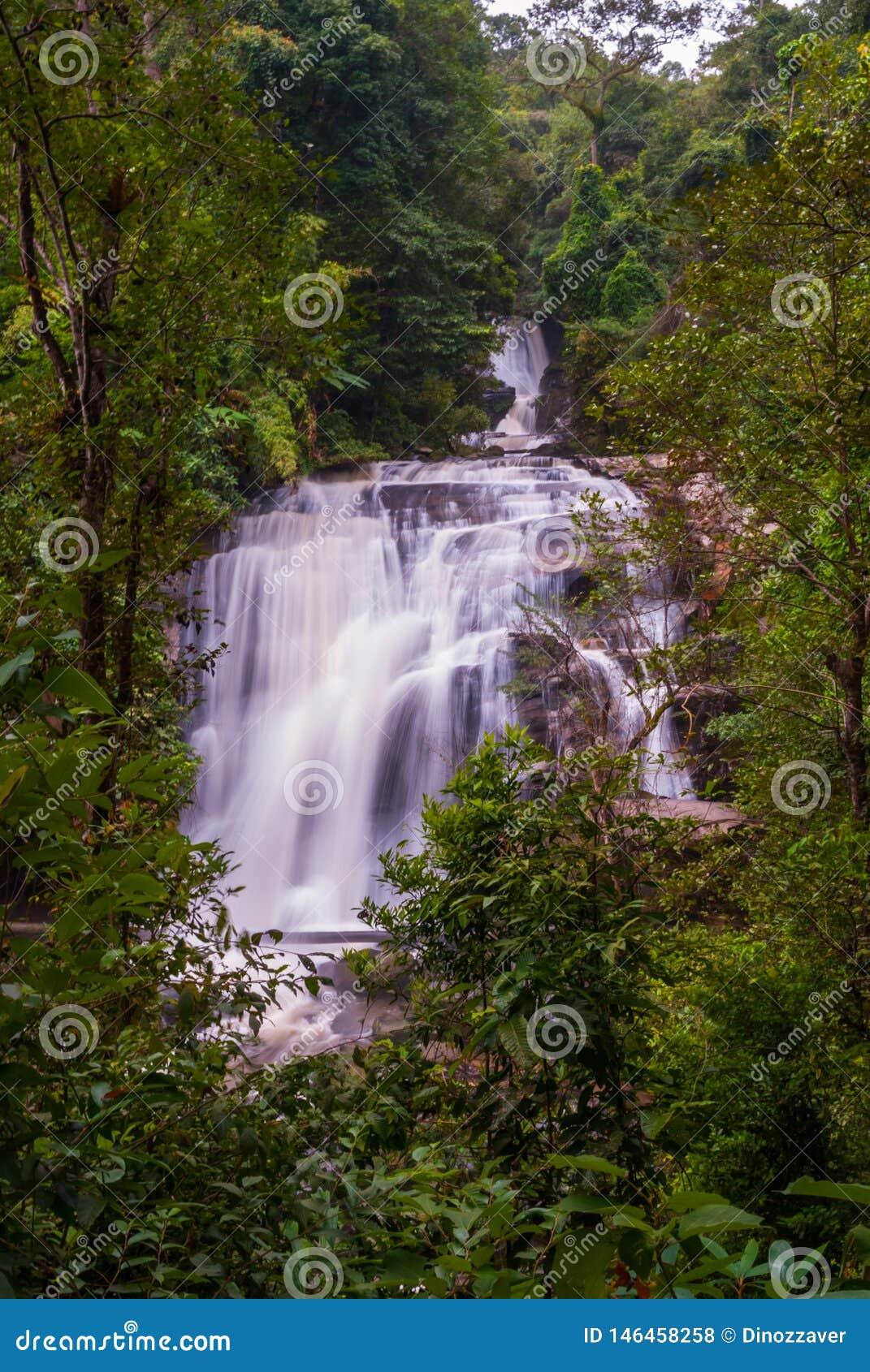 Cascada de Wachirathan, Tailandia