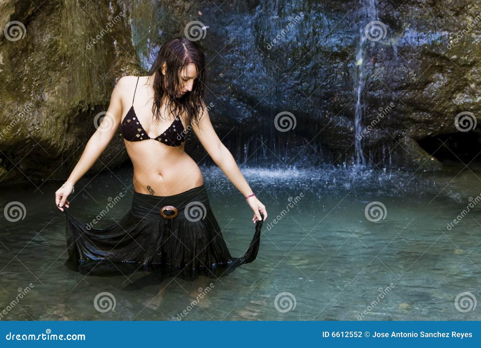 Cascada detrás de la mujer